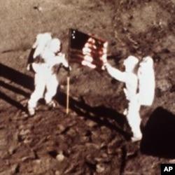 1969年7月20日,美国宇航员阿姆斯特朗和奥尔德林在月球上升起美国国旗