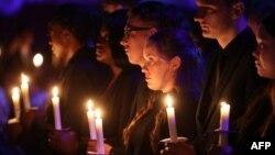 """英國倫敦的民眾在2020年1月27日""""大屠殺紀念日""""點燃蠟燭舉行紀念儀式。"""