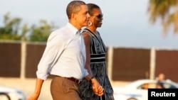 奥巴马夫妇度假后回到华府