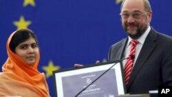 Malala Yousafzai dari Pakistan mendapat Hadiah Sakharov 2013 dari Martin Schulz, presiden parlemen Eropa, November 2013. (AP/Christian Lutz)