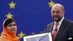 ملالہ یوسفزئی 2013 میں سخاروف ایوارڈ وصول کرتے ہوئے