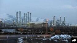 Arhiva - Na ovoj fotografiji od 15. januara 2011, vidi se postrojenje za tešku vodu u blizini Araka, udaljeno 250 kilometara od Teherana, Iran.