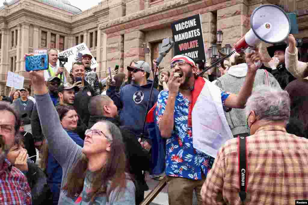 ان مظاہروں میں اس وقت تیزی دیکھی گئی جب کرونا وائرس کو پھیلنے سے بچانے کے لیے جاری لاک ڈاؤن میں توسیع کا اعلان ہوا۔ ٹیکساس میں ایک انتظامی عمارت کے سامنے مظاہرین نے بندشوں کے خلاف نعرے لگائے۔