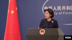 中国外交部发言人华春莹在记者会上。(2017年10月31日,美国之音艾德拍摄)