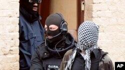 Cảnh sát Pháp bắt 1 người bị nghi ngờ là thành viên của nhóm Hồi giáo cực đoan, ở Roubaix, 4/4/2012