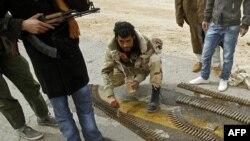 Pobunjenički borci u Adždabiji pripremaju municiju za protivavionsko oružje
