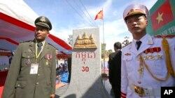 Lính Việt Nam và Campuchia tại một cột phân giới giữa tỉnh Gia Lai và tỉnh Rattanakiri.