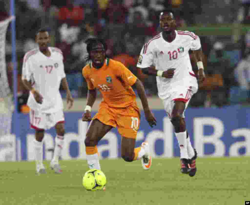 "Ivory Coast's Yao Kouassi Gervinho runs with the ball as he is chased by Sudan's Tahir Osman Mohamed (R) during their African Nations Cup soccer match against Sudan at Estadio de Malabo ""Malabo Stadium"", in Malabo January 22, 2012."
