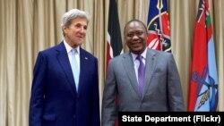 Ngoại trưởng Hoa Kỳ John Kerry và Tổng thống Kenya Uhuru Kenyatta trước một cuộc họp song phương Nairobi, Kenya, ngày 22 tháng 8 năm 2016.