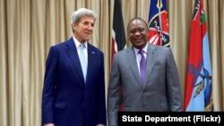 2016年8月22日,美国国务卿克里与肯尼亚总统肯尼塔在会见开始前在肯尼亚内罗毕国宾馆前面合影。