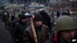 ພວກປະທ້ວງຕໍ່ຕ້ານ ປ.Yanukovych ທີ່ຈະຕຸລັດ Independence ທີ່ກຸງ Kyiv,ວັນທີ 26 ກຸມພາ, 2014.