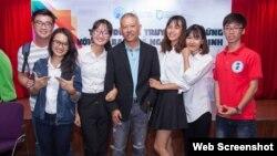 Giáo sư Trương Nguyện Thành và sinh viên đại học Hoa Sen. Báo Thanh Niên