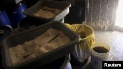 Bahan-bahan pembuat metamfetamin yang ditemukan oleh polisi dan militer di Meksiko. (Foto: Dok)