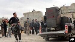 Des membres de la résistance déployés à al-Bayada, Homs, le 29 février 2012