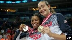 Odyssey Sims (izquierda) y Breanna Stewart muestran su medalla de oro en baloncesto femenino, ganada por EE.UU. en Turquía.