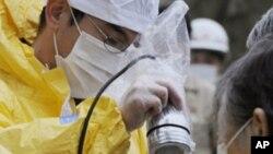 日本福岛县二本松市的一名婴儿在接受核辐射检查