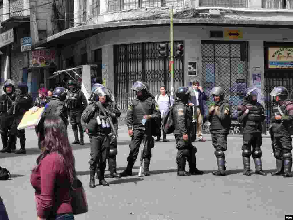 La presencia de la policía se mantiene en distintos puntos de la ciudad con el objetivo de prevenir y disuadir a los grupos que pretenden reanudar marchas o protestas.