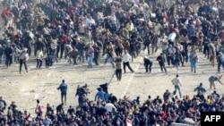 Người biểu tình ủng hộ chính phủ (dưới) và người biểu tình chống chính phủ (ở trên) đụng độ tại Quảng trường Tahrir, ngày 2/2/2011