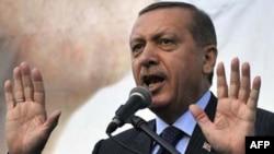 """Rapordaki resmin altında """"seçim zaferinden sarhoş olan Başbakan Tayyip Erdoğan basın özgürlüğüne karşı savaş açtı"""" yazılı"""