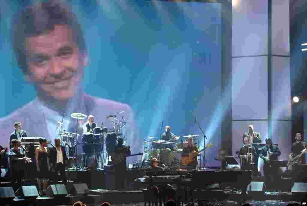 Stevie Wonder y la banda Rickey Minor rinden tributo a Dick Clark durante la entrega de los premios American Music Awards 2012.