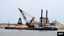 L'élargissement et l'approfondissement du canal de Vridi dans le cadre des travaux de modernisation du port d'Abidjan, le 14 septembre 2017.