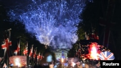 Istana Buckingham di London menyalakan kembang api untuk memperingati 60 tahun Ratu Elizabeth naik tahta (4/6).