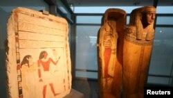 Pameran artefak di museum baru di Bandara Internasional Kairo, di Kairo, Mesir ,18 Mei 2021. (REUTERS / Mohamed Abd El Ghany)