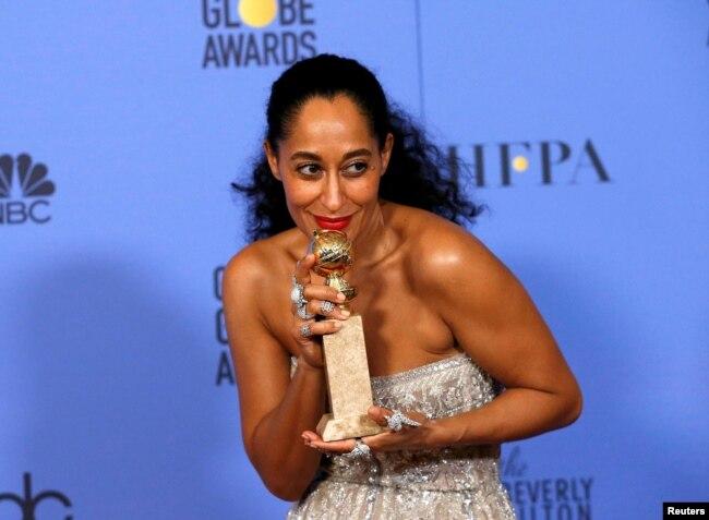 """Aktris Tracee Ellis Ross saat menerima penghargaan Golden Globe untuk Best Performance Aktris dalam Serial Televisi kategori Musikal atau Komedi """"Black-ish"""", 8 Januari 2017. (Foto: dok)."""