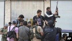 시리아 이들립 시 근교에 집결한 반군단체.