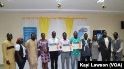 Les lauréats avec les membres du Jury et du bureau du GAAT, Lomé, le 24 octobre 2019. (VOA/Kayi Lawson)