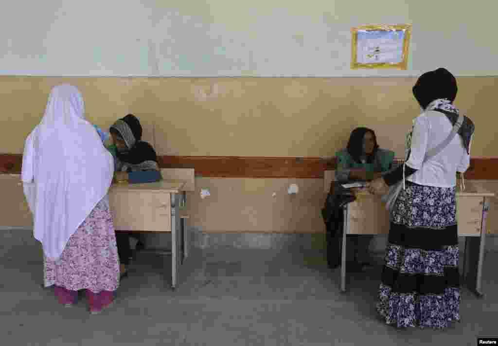 کابل کے ایک پولنگ اسٹیشن میں خواتین اپنا حق رائے دہی استعمال کر رہی ہیں۔