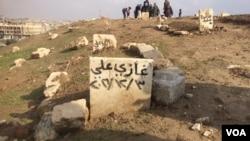 """""""伊斯兰国""""激进分子要求摩苏尔当地人砸断墓碑。他们认为这种写上死者名字的墓碑违反了伊斯兰教义。(美国之音希瑟·默多克2017年1月29日拍摄)"""