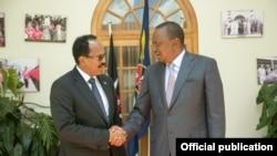 Rais wa Kenya Uhuru Kenyatta akimkaribisha mwenzake wa Somalia Mohamed Abdullahi Farmajo Ikulu Nairobi, 2018.