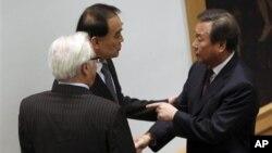 지난달 22일 유엔 안전보장이사회가 새 대북 제재 결의를 채택한 가운데, 김숙 유엔 주재 한국 대사(오른쪽)가 리 바오동 중국 대사, 비탈리 추르킨 러시아 대사와 대화하고 있다. (자료사진)