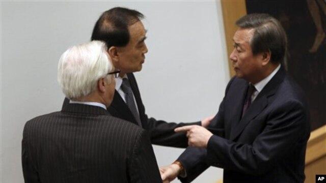 22일 유엔 안전보장이사회가 새 대북 제재 결의를 채택한 가운데, 김숙 유엔 주재 한국 대사(오른쪽)가 리 바오동 중국 대사, 비탈리 추르킨 러시아 대사와 대화하고 있다.