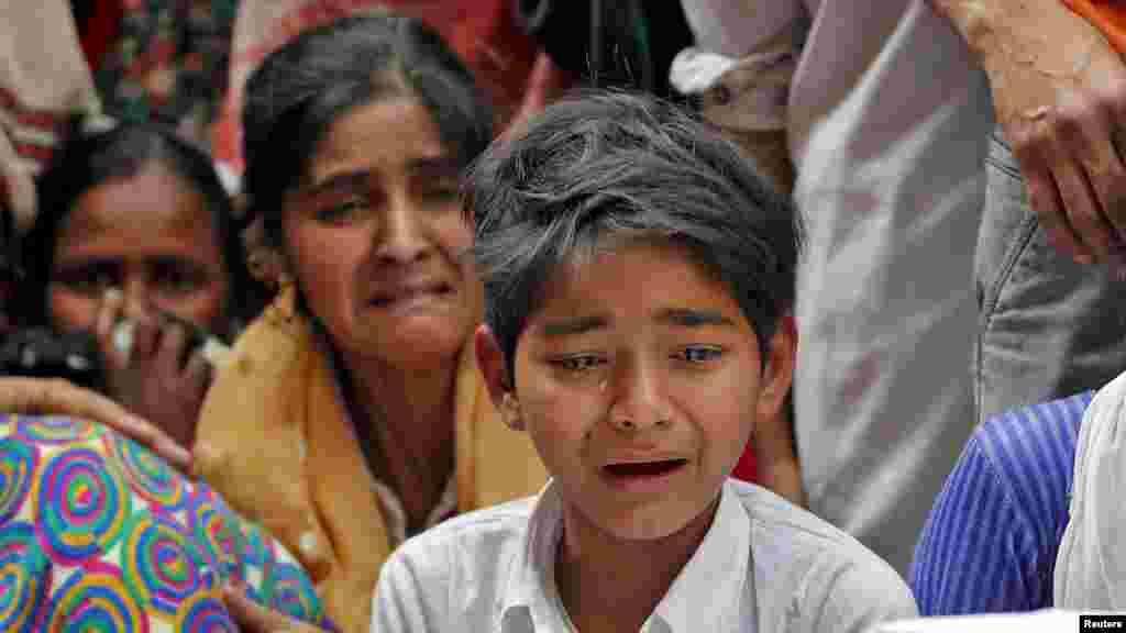 فسادات کے دوران مارے جانے والے مدثر خان نامی شخص کے اہل خانہ غم سے نڈھال ہیں۔ دہلی کے ہنگاموں میں ہلاک ہونے والے افراد کی تعداد 39 ہو چکی ہے جب کہ درجنوں افراد زخمی ہیں۔