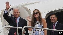 美国副总统拜登(左)8月20日乘坐空军二号抵达成都机场时向欢迎人群招手