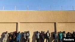 Des migrants dans un centre de détention en Libye