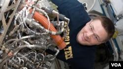 El astronauta Doug Wheelock a bordo de la Estación Espacial Internacional.