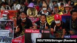 Orang-orang berkumpul untuk memprotes kudeta militer di Yangon, Myanmar, 21 Februari 2021. (Foto: REUTERS)