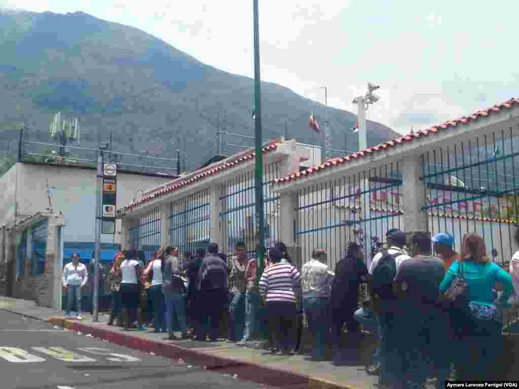 Venezuela pierde 35 millones de horas hombre a la semana haciendo fila para comprar alimentos y bienes que tienen precio controlado por el gobierno, según la Encuesta Nacional Ómnibus de febrero de 2015