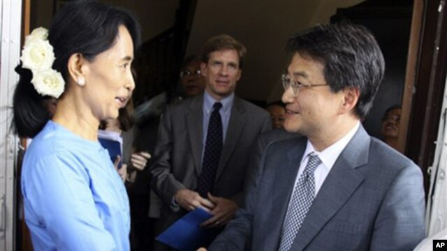 Burma's pro-democracy leader Aung San Suu Kyi, left, and U.S. Deputy Assistant Secretary of State for East Asia and Pacific Joseph Y. Yun shake hands following their meeting at Suu Kyi's home in Rangoon, Dec.10, 2010.