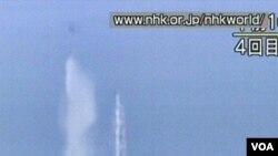 Helikopter militer Jepang menjatuhkan air laut ke arah reaktor PLTN Fukushima Daiichi yang rusak, Kamis (17/3).