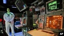 配备宙斯盾弹道导弹防御技术的美国蒙特利尔号航空母舰上的武器控制仓(资料照片)