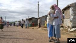 রোহিঙ্গা শিবিরের মসজিদে ঈদের নামাজের পর কোলাকুলির দৃশ্য