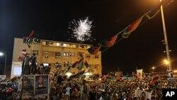 Líbios celebram entrada de rebeldes em Tripoli