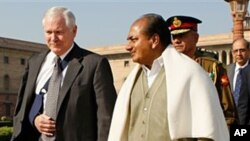 US Defense Secretary Robert Gates (l) and India's Defense Minister A K Antony in New Delhi, (2008 file photo)