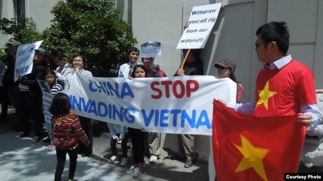 Biểu tình trước Tổng Lãnh sự quán Trung Quốc ngày 17-5-2014 (ảnh Bùi Văn Phú)