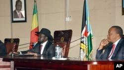 Tổng thống Nam Sudan Salva Kiir, trái, và Tổng thống Kenya Uhuru Kenyatta trong 1 cuộc hoà đàm ở Juba, Nam Sudan, 26/12/2013