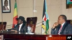 PM Ethiopia Hailemariam Desalegn (paling kiri, tidak terlihat dalam gambar), Presiden Sudan Selatan Salva Kiir (kiri) dan Presiden Kenya Uhuru Kenyatta dalam rapat menjelang pembicaraan damai di Juba, Sudan Selatan, 26 Desember 2013 (Foto: dok).